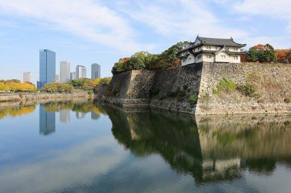 Une tour de garde du château d'Osaka avec le quartier d'affaire à l'arrière plan