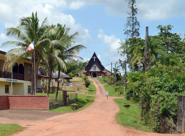 Une rue du village de Cacao (Guyane)
