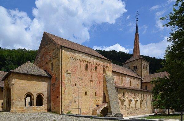 L'abbatiale clunisienne Saint-Pierre-et-Saint-Paul de Romainmôtier, l'une des plus anciennes constructions de style roman de Suisse