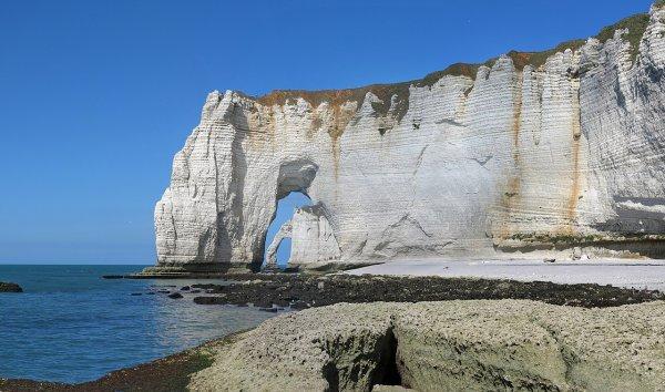 La falaise d'Aval vues à travers la Manneporte, à Étretat (Normandie)