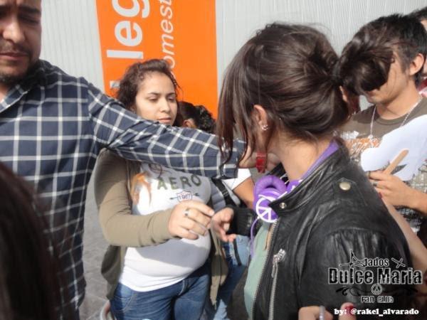 Dulce María desembarcando no aeroporto de Monterrey, México (15.03.12)
