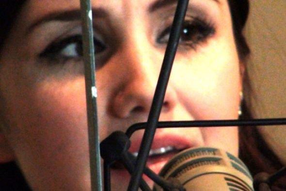 Dulce María em entrevista com a Rádio La Jefa 107.7 em Austin, EUA (23.04.12)