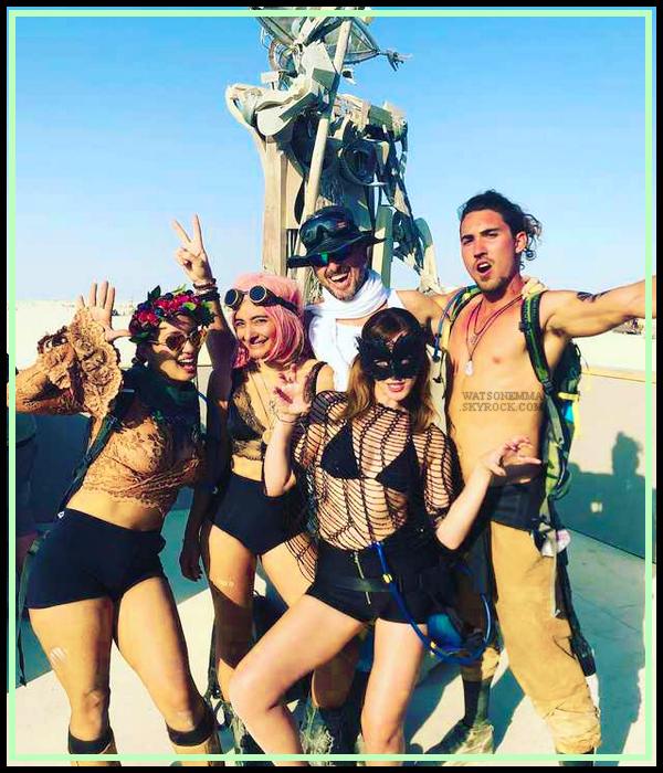 """- """"♦-01/09/18"""" : Emma Watson enfin localisée et oui la belle était au """"Burning Man Festival"""" au Nevada, USA. Pour la tenue c'est assez sexy et spéciale mais j'aime bien. Emma est vivante les gens je répète Emma est vivante. C'est un top. Avis ? -"""