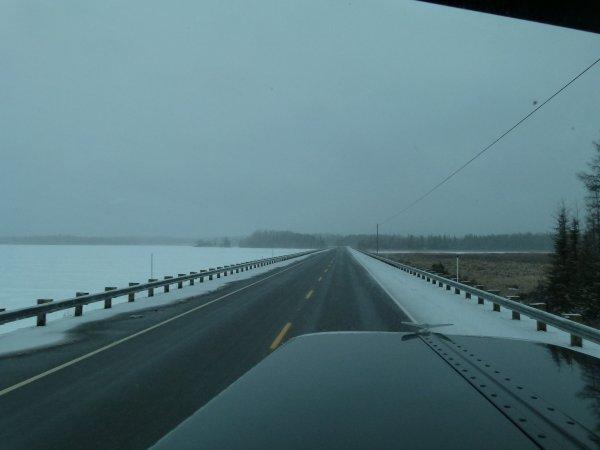 """Photo de route de la réserve faunique """"La Vérendrye"""" au Québec en début d'hiver"""