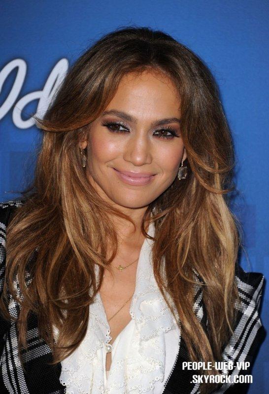 > Jennifer Lopez   Jennifer montre ses abdos tout en participant à la final d'American Idol ( jeudi (Mars 3) à Los Angeles.)