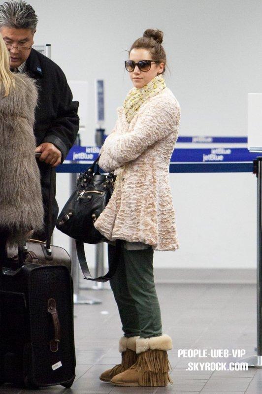 > Ashley Tisdale  Ashley avec son foulard imprimé léopard avec un pull-over chaud comme elle va prendre un vol hors de la ville  (l'aéroport de LAX le jeudi (Mars 4).
