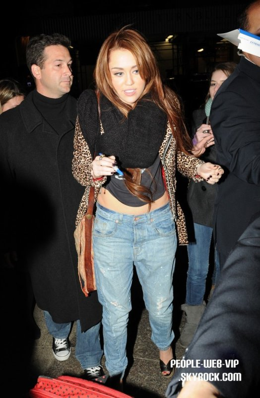 > Miley Cyrus   Miley sort du Saturday Night Live after-party qui s'est tenue à Asia de Cuba Oui, elle a grossit  :o  (Murray Hill à New York City le samedi soir (Mars 5).