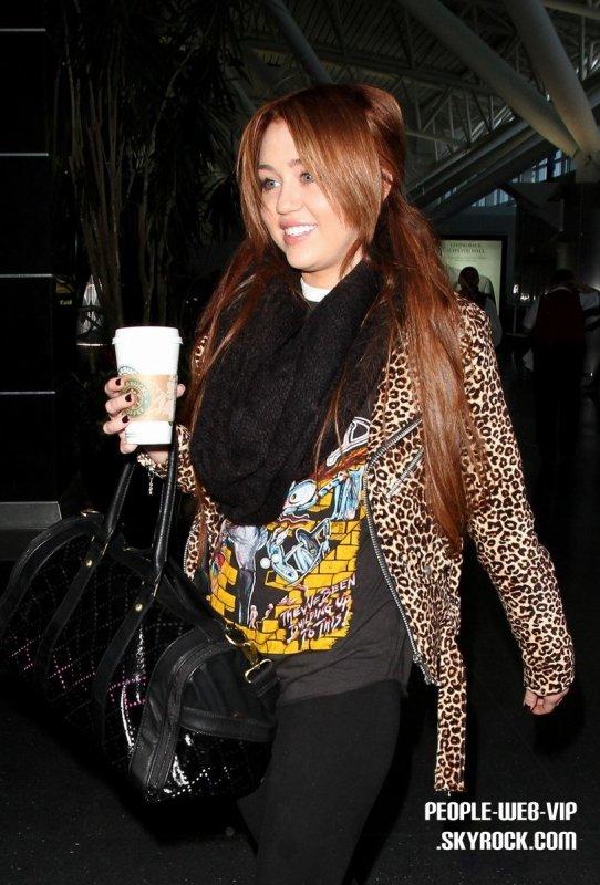 > Miley Cyrus   Miley se cramponne à son Starbucks sur le chemin pour prendre un vol  (dimanche (Mars 6).