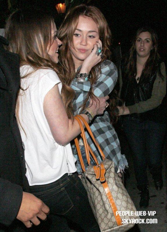 TENUE FLOP ? OU TENUE TOP?  > Miley Cyrus  Miley essaye de faire son chemin pour se diriger sur Chateau Marmont  (à West Hollywood, le samedi soir (Mars 12)
