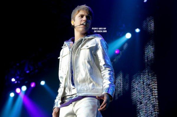 > Justin Bieber  Justin  monte sur scène pour un concert lors de sa tournée My World (vendredi  (Mars 11) à Liverpool, en Angleterre. )