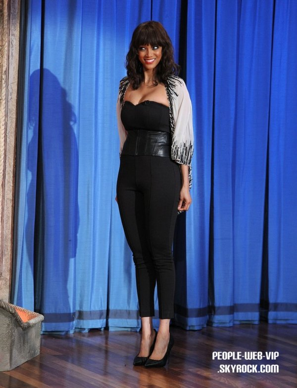 TYRA REPREND SES ETUDES A HARVARD ! > Tyra Banks  Tyra  fait une apparition sur le Late Night with Jimmy Fallon ( lundi (Mars 14) à New York.)