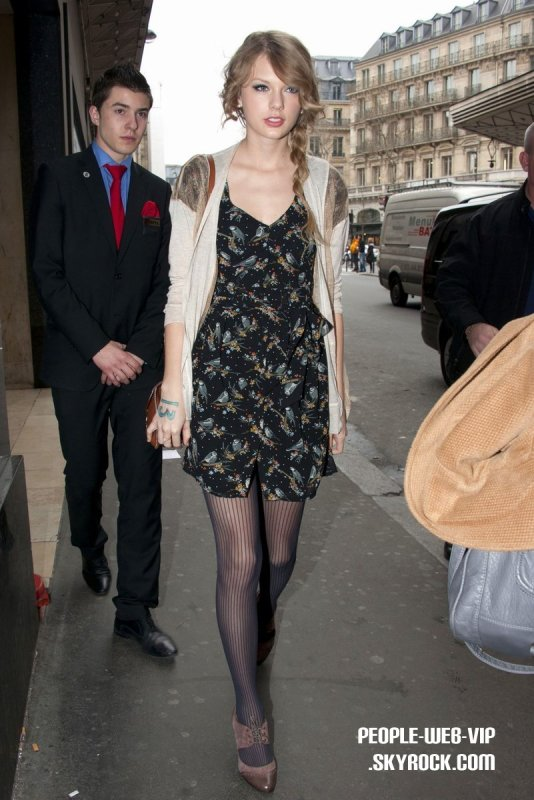 TAYLOR A PARIS ! > Taylor Swift   La jeune chanteuse a fait du shopping au Galeries Lafayette  (vendredi (Mars 18) à Paris, France.)