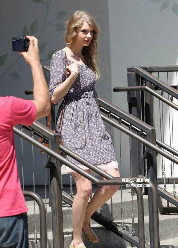 > Taylor Swift   Taylor en pleins shopping au Anthropologie  (lundi (4 avril) à Beverly Hills, en Californie)