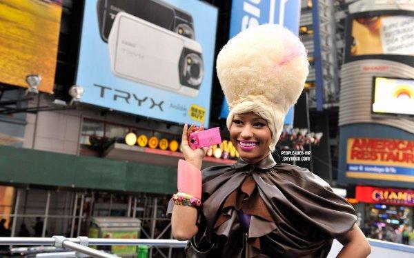 > Nicki Minaj   Nicki a le sourire alors qu'elle pose pour la nouvelle caméra Tryx ( à New York à Times Square le jeudi (7 avril).