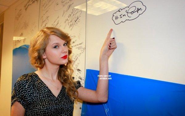 > Taylor Swift  Taylor en live pour la radio SiriusXM  au The Morning Mash Up  (lundi (2 mai) à New York.)
