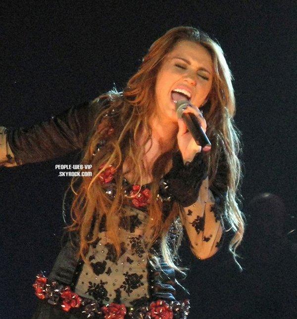 > Miley Cyrus   Miley sur scène pendant son concert  en Australie. (mardi (Juin 22) au Centre de Brisbane Entertainment à Brisbane)
