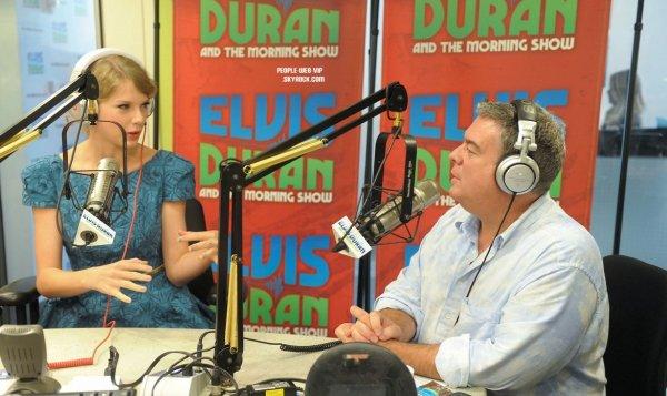 > Taylor Swift   Taylor invité a une station de radio de l'émission du matin de Elvis Duran  (vendredi (22 Juillet) à New York.)