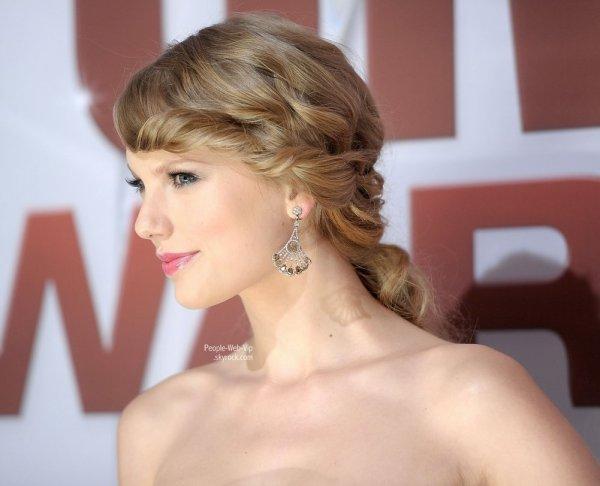> Taylor Swift   Taylor est magnifique pendant la CMA Awards 2011 tenue à l'Bridgestone Arena ( mercredi soir (Novembre 9) à Nashville, au Tennessee)