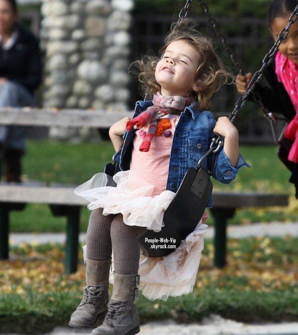 > Jessica Alba  Jessica est assise sur les genoux de son mari Warren tout en regardant leurs fille Honor  au Coldwater Canyon Park  (samedi (19 Novembre) à Beverly Hills, en Californie)