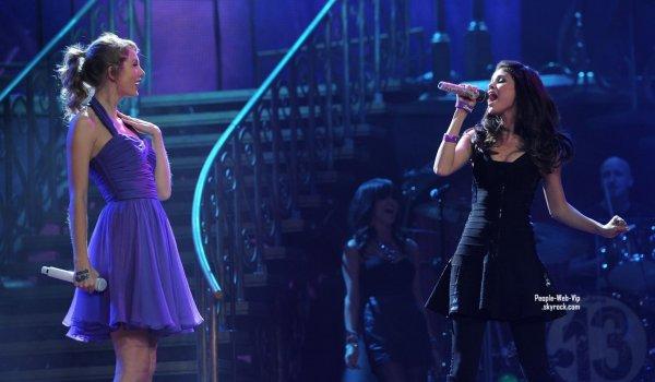 > Selena Gomez  Taylor Swift a donné son dernier concert pour sa tournée mondiale « Speak Now »  au Madison Square à New York, mardi soir avec Selena ! Surprise pour ses fans. (au Madison Square Garden, le mardi (Novembre 22) à New York.)