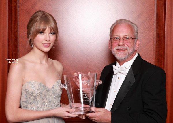 > Taylor Swift  Taylor assiste au Nashville Symphony Ball  ( samedi (Décembre 10) au Centre Schermerhorn Symphony à Nashville, au Tennessee)
