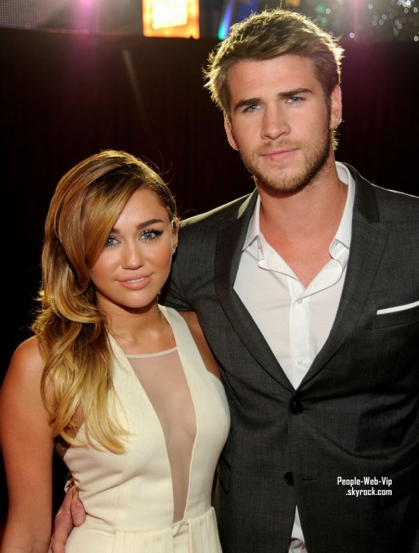 Miley Cyrus et Liam Hemsworth : Le couple Fashion de la cérémonie !