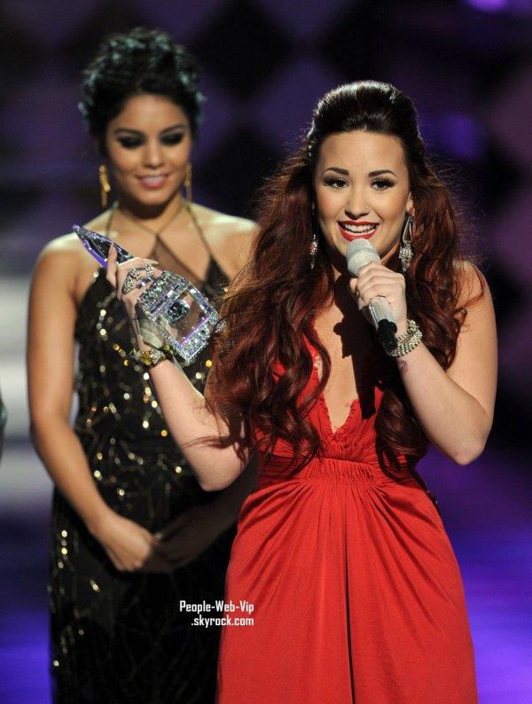 Demi Lovato et son son cristal Waterford dans les coulisses des People's Choice Awards  (au Nokia Theatre LA en direct le mercredi (Janvier 11) à Los Angeles.)