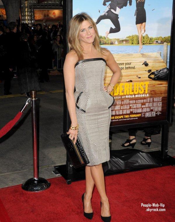 Jennifer Aniston magnifique assiste à la première de son film de Wanderlust  accompagnée de son chéri (jeudi (Février 16) à Westwood, Californie)