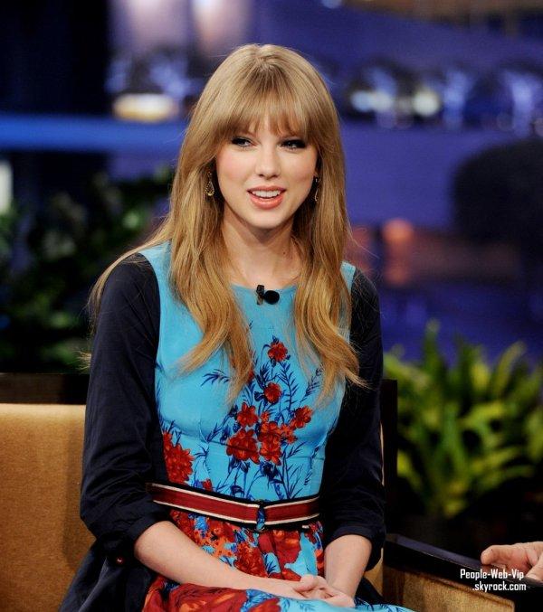 Taylor Swift dans une robe à fleurs à motifs assiste au Tonight Show avec Jay Leno à NBC Studios (lundi soir (Février 20) à Burbank, Californie)