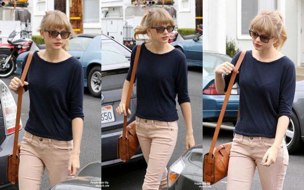 Taylor Swift dans les rues de la Californie Rumeur : Taylor Swift s'est-elle fait refaire la poitrine ? la webmiss ne pense pas ! (mardi (1er mai) à Santa Monica, Californie)
