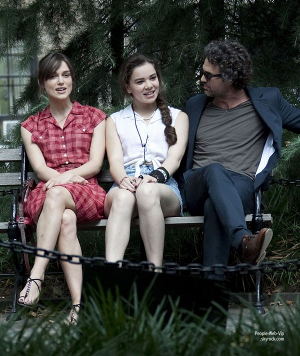 Keira Knightley, Hailee Steinfeld et Mark Ruffalo à New York lors du tournage du film Can a Song Save Your Life ?  (mercredi (Juillet 18) à New York.)