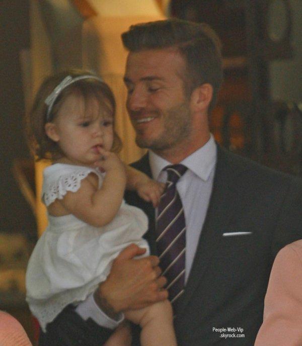 David Beckham et sa femme Victoria Beckham quittent le restaurant 202 après avoir y déjeuner avec la petite Harper  (jeudi (Juillet 26) dans le quartier de Notting Hill, à Londres, en Angleterre.)