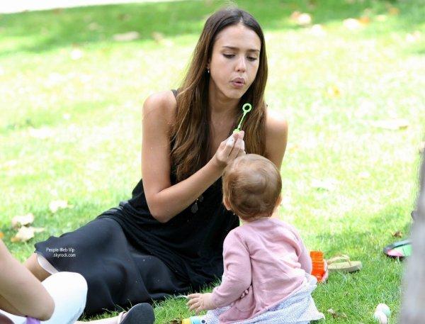 Jessica Alba, son mari Cash Warren et leurs adorable filles Honor et Haven ont décidé d'aller se prélasser au parc. (samedi (Août 4) à Beverly Hills, Californie)