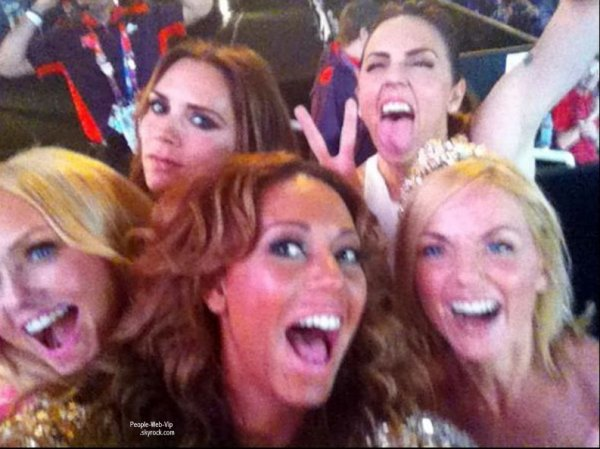 PHOTO : Les Spice Girls, qui ont enflammé le stade olympique à la clôture des JO, ont immortalisé leur réunion avant de poster le cliché sur Twitter, pour le plus grand bonheur de leurs fans. TROUVEZ L'INTRUS : INDICE : ELLE SOURIT PAS !