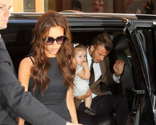 """Victoria Beckham salue les photographes et personnalités pendant son défilé printemps-été 2013 """"  Victoria Beckham """" (dimanche (Septembre 9) à New York.)"""
