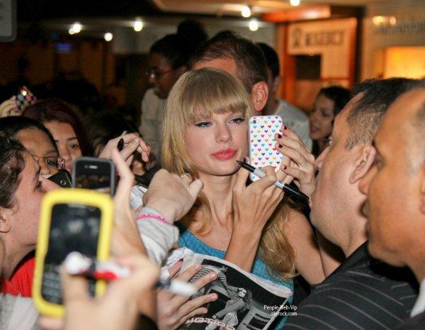 Taylor Swift adore ses fan's ! Preuve? un bain de foule a son arrivée au Brésil  ( vendredi (Septembre 14) à Rio de Janeiro, au Brésil.)