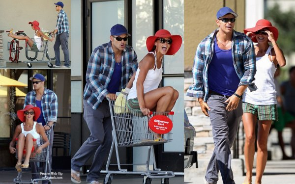 Oh c'est ùignon, Kellan Lutz pousse sa petite amie Sharni Vinson dans un cadi après avoir fait les courses ( lundi (Septembre 17) à Los Angeles.)