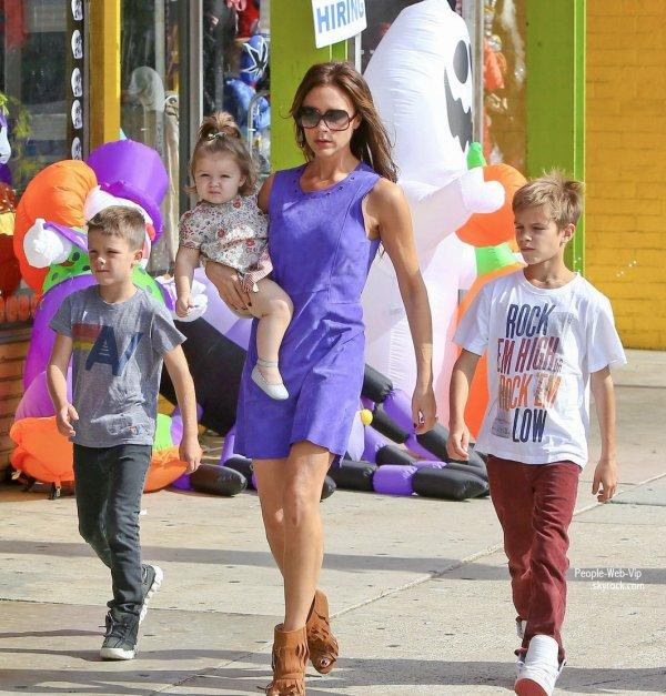 La famille Beckham préparent  Halloween ! Victoria Beckham fait du shopping pour l'occasion avec  ses enfants - Brooklyn, Romeo, Cruz et Harper  (samedi (Octobre 6) à Santa Monica, Californie)
