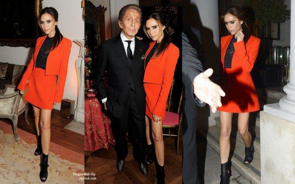Victoria Beckham assiste à un dîner pour célébrer le lancement de la nouvelle Valentino: Master Of Couture à l'Ambassade d'Italie  (mercredi (Novembre 28) à Londres, en Angleterre.)