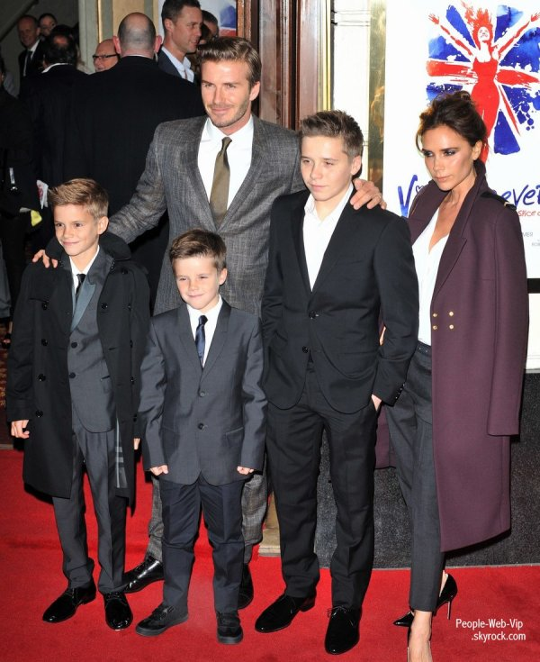 Les Spice Girls - Melanie Brown, Geri Halliwell, Emma Bunton, Melanie Chisholm ont assister à la soirée presse de Viva Forever  (mardi (Décembre 11) au Théâtre Piccadilly à Londres, en Angleterre.)