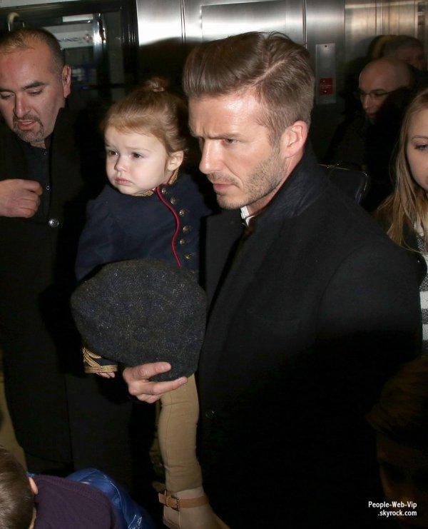 La famille Beckham est à Paris ! Ils ont été aperçus à la gare du Nord après avoir pris l'Eurostar de Londres  (lundi (Février 18) à Paris, France.)