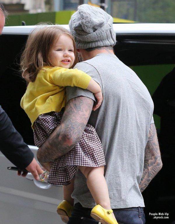 Le beau David Beckham a été aperçu avec sa fille Harper et sa femme (bien loin d'eux) dans les rues de Paris ( vendredi (3 mai) à Paris, France.)