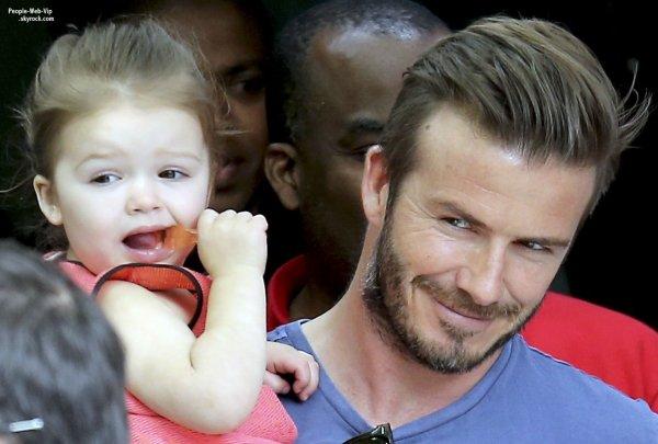 David Beckham porte sa fille Harper en quittant le restaurant Le Jules Verne à la Tour Eiffel  (dimanche (5 mai) à Paris, France.)