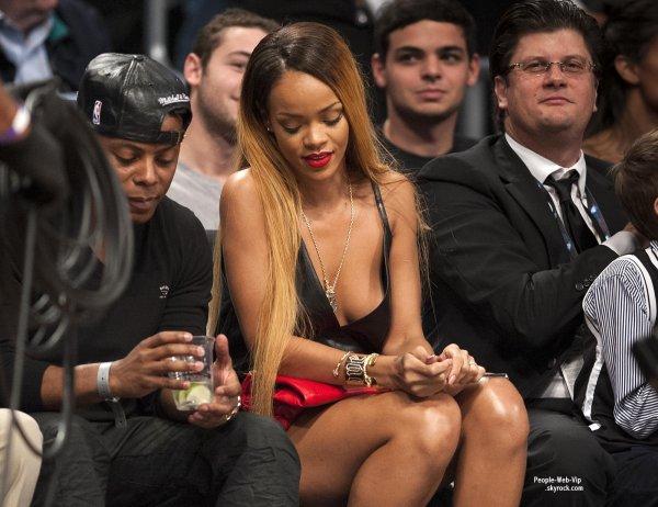 Rihanna et sa nouvelle coupe de cheveux (blonde) a été aperçue au match de basket  opposant les Bulls de Chicago aux Nets de Brooklyn (samedi (4 mai) au Barclays Center de Brooklyn, NY)