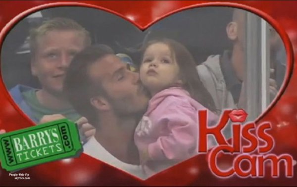 "LA PHOTO MIGNONNE DU JOUR ! David Beckham a emmené sa fille Harper à un match de hockey sur glace au Staples Center de Los Angeles.Ils  se sont donnés des mignon bisous lorsque la fameuse ""kiss cam"" s'est braquée sur eux!"