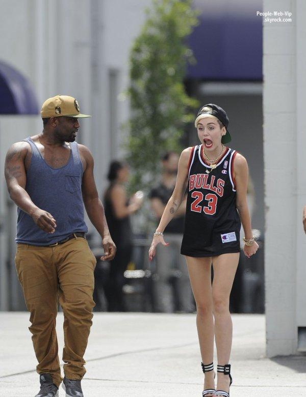 """Miley Cyrus aperçue avec une tenue spéciale """" Bulls """" prés du CenterStaging Studios  à Los Angles (dimanche (23 Juin) à Los Angeles.)"""