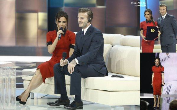 """David Beckham et son épouse Victoria ( qui le smile est jamais la) posent ensemble au cours d'une apparition sur une chaîne de télévision chinoise """"China Central Television show"""" ( dimanche (23 Juin) à Beijing, en Chine.)"""