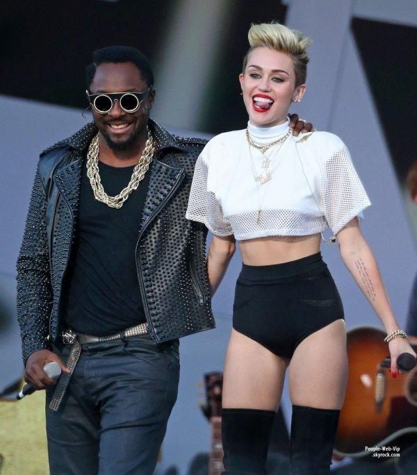 Miley Cyrus aperçue sur plateau de Jimmy Kimmel Live. Elle a été rejoint sur scène par will.i.am. Regardez la performance ci-dessous! (mardi (25 Juin) à Hollywood.)