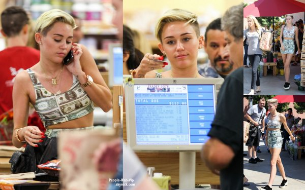 Dans une robe en Dollars, Miley Cyrus a été aperçue avec sa mère Tish à Trader Joe une épicerie  (vendredi (12 Juillet) à Toluca Lake, Californie)
