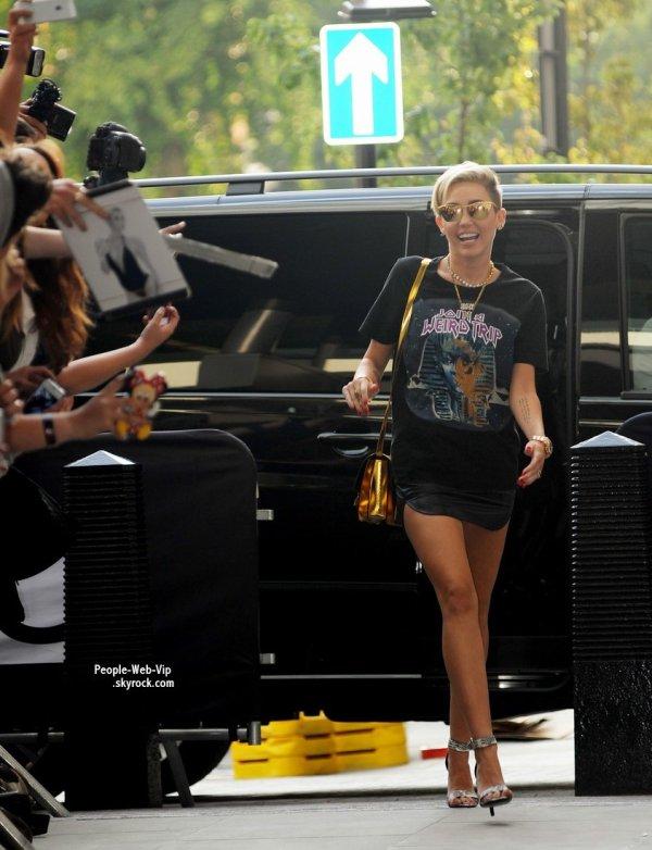 """""""Couper mes cheveux a vraiment changé ma vie """"  Miley Cyrus accueille ses fans prés des studios de la BBC Radio 1 avant de faire  une apparition sur le petit Show avec Nick Grimshaw (mercredi (18 Juillet) à Londres, en Angleterre.)"""